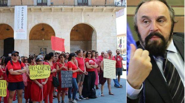 Le donne schierate con le magliette rosse e l'assessore (Foto Valtriani)