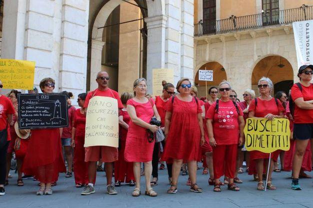 La protesta delle donne in rosso (Foto Valtriani)