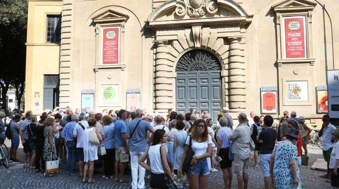 Le code davanti al teatro Rossini sono iniziate già dalla mezzanotte (Amati-Bacciardi)