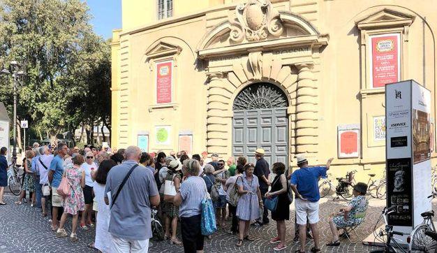 In fila anche molti turisti stranieri (foto Amati-Bacciardi)