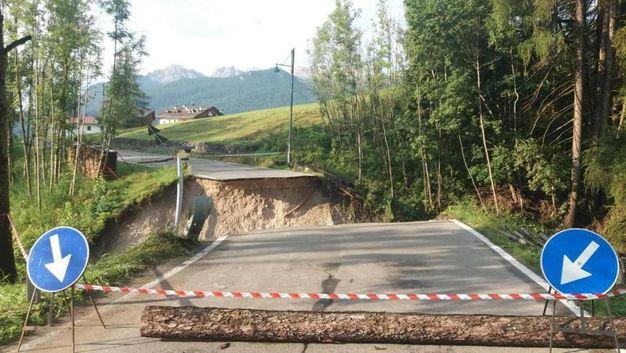 Cortina, i danni causati dalla bomba d'acqua (Ansa)