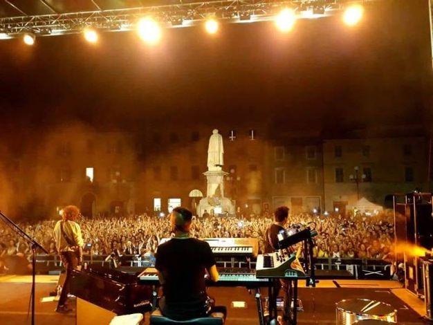 Il palco in piazza Leopardi