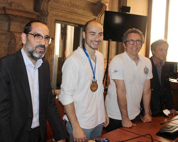 Foconi con il suo allenatore e il sindaco Latini (Pianetafoto)