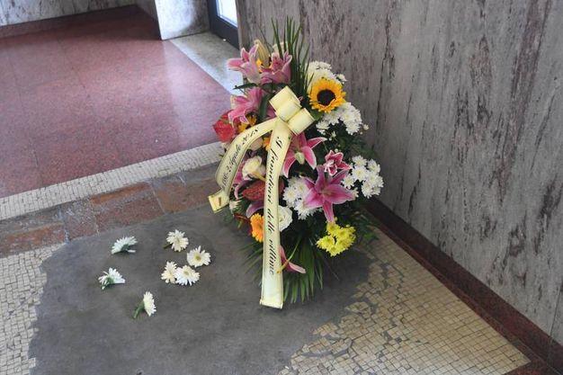 Corona di fiori in stazione (FotoSchicchi)