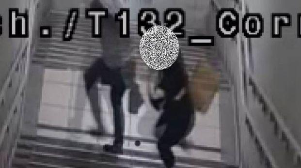In un frame dalle telecamere si vede la ragazza che mette in fuga l'aggressore