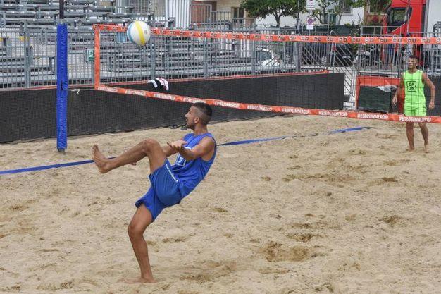 Si tratta di un torneo di footvolley con 32 squadre iscritte. Verranno raccolti fondi per la Heal Onlus che promuove la ricerca nell'ambito della neuro-oncologia pediatrica (Foto Marco De Marco)