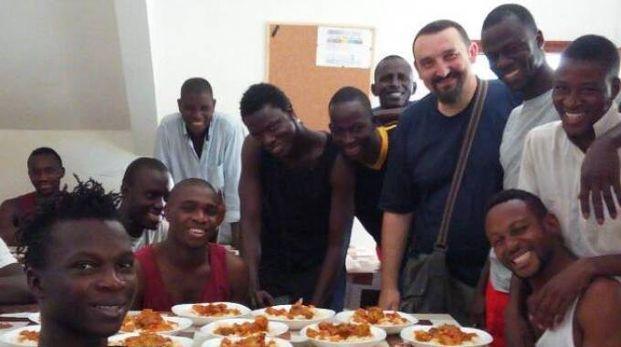 Alcuni dei richiedenti asilo insieme al personale della Misericordia cerretese
