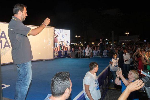 """Il popolo della Lega ha accolto il suo leader tra braccia alzate e grida: """"Vai Matteo"""" (Foto Zani)"""