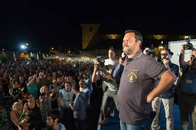 Matteo salvini sul palco con la maglietta dei vigili del fuoco e i jeans (Foto Zani)