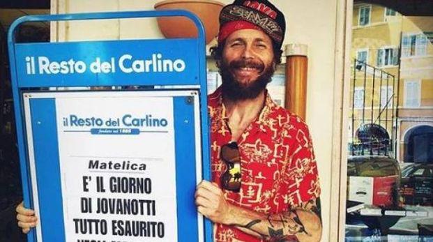 Jovanotti con la locandina del Carlino (da Instagram)