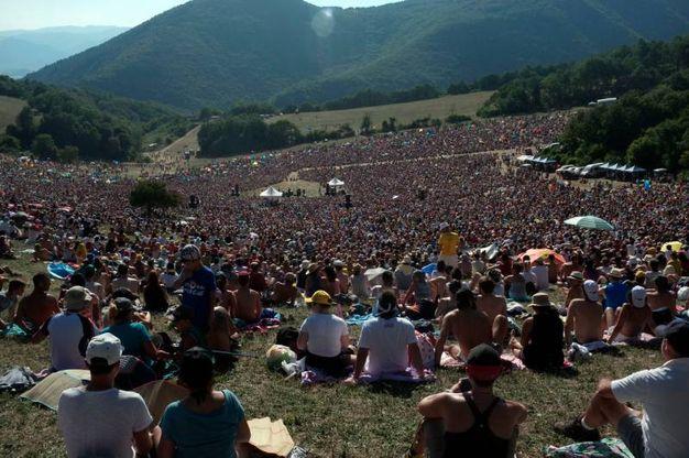 I fan hanno dovuto percorrere sei chilometri a piedi per arrivare nel luogo del concerto (Foto Calavita)
