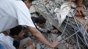 I soccorritori impegnati nella ricerca di dispersi (Ansa)