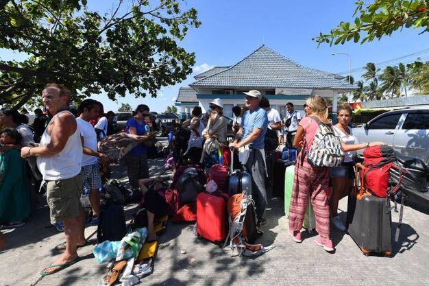 Turisti in attesa di partire (Lapresse)