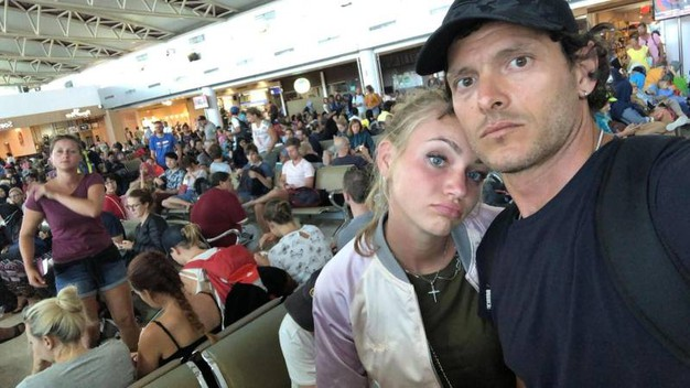 Il campione di sciabola Aldo Montano con la moglie Olga Plachina all'aeroporto di Lombok (Ansa)