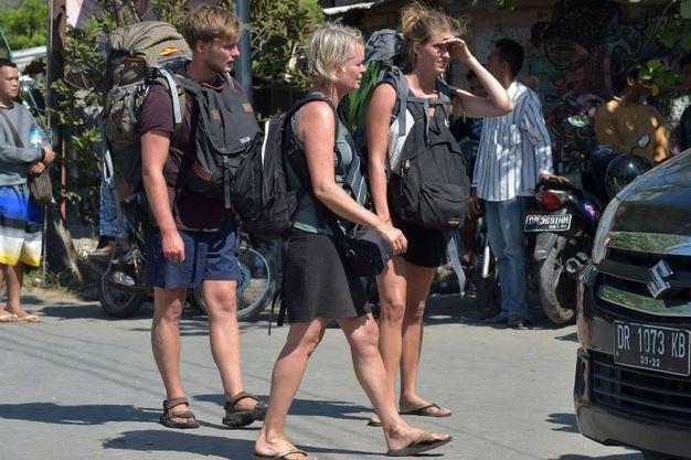 Turisti alla ricerca di mezzi di trasporto (Lapresse)