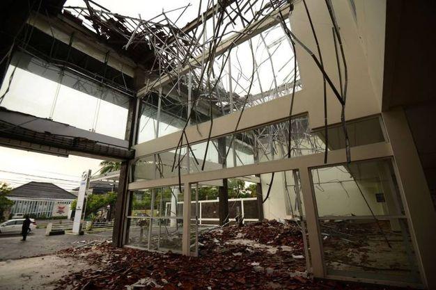 Negozi distrutti anche a Denpasar sull'isola di Bali (Lapresse)
