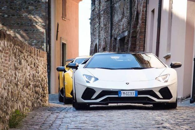 Il rombo delle Lamborghini rimbalza nei vicoli (foto Petrangeli)