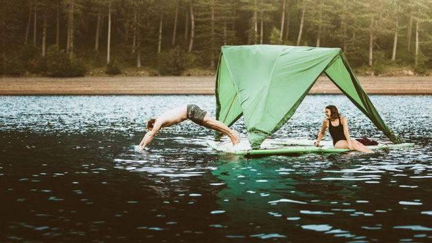 La tenda Universe galleggia sull'acqua - Foto: Tom Kahler