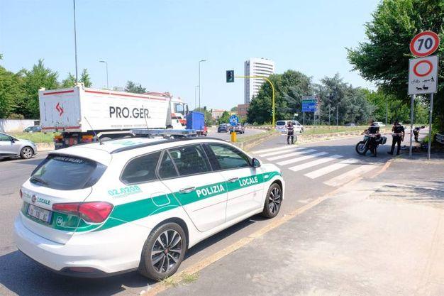 I rilievi della Polizia locale in via Ferrari dove un anziano ciclista è stato investito da un'auto pirata (foto NewPress)