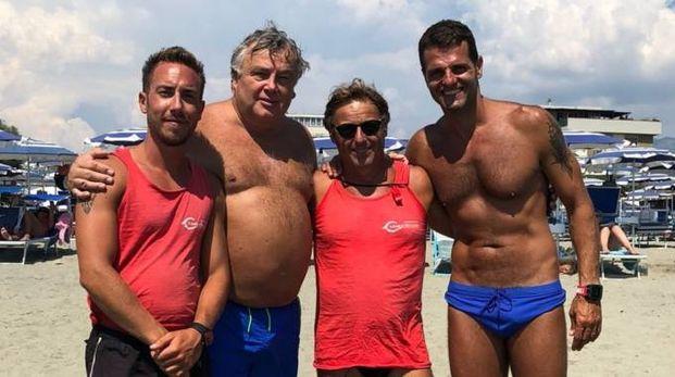 Insieme nella foto  il bagnino Marco, Marzio Brogi, l'altro assistente Enrico e Francesco Tongiani
