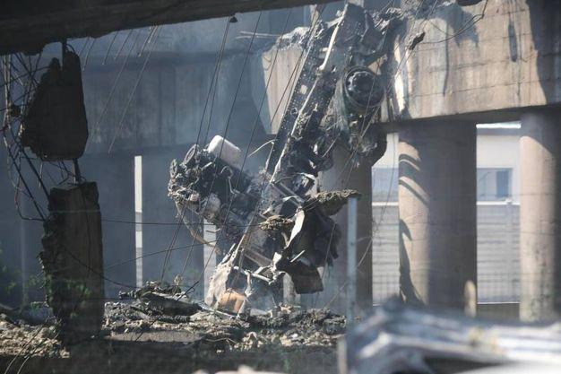 La carcassa di uno dei tir coivolti nell'incidente e nell'esplosione (foto Ansa)