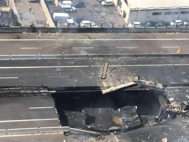 La voragine sul raccordo per l'A14 che ha causato il crollo del ponte