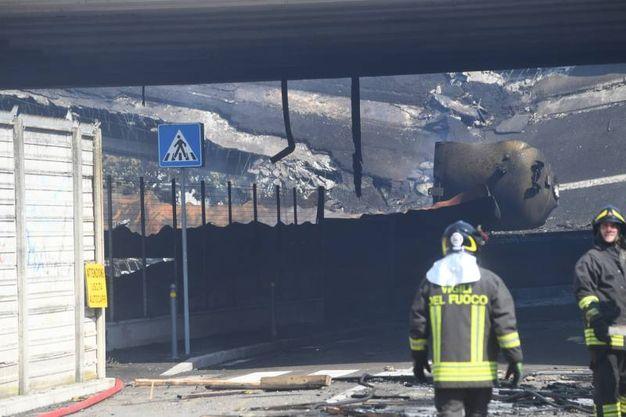 I vigili del fuoco hanno lavorato per molte ore per domare l'incendio (foto Schicchi)