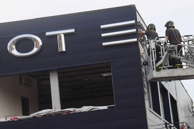 Sventrata la concessionaria Peugeot vicino al ponte (foto Schicchi)