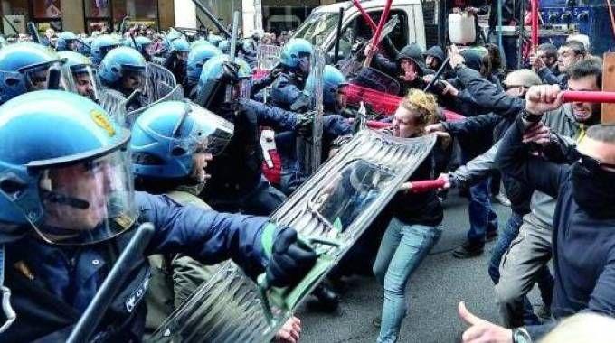 Gli scontri tra centri sociali e forze dell'ordine durante una manifestazione No tav