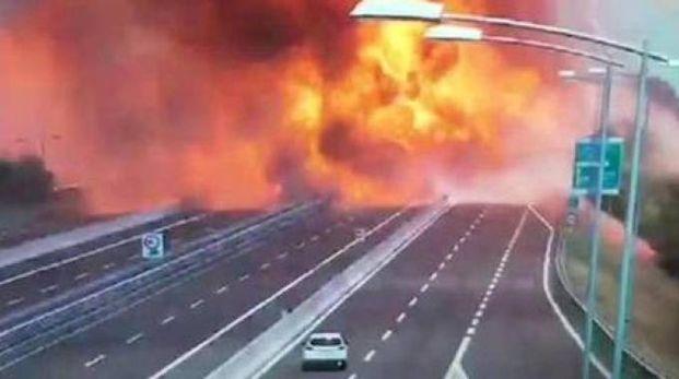 Bologna, incendio in A14, un muro di fuoco (Ansa)
