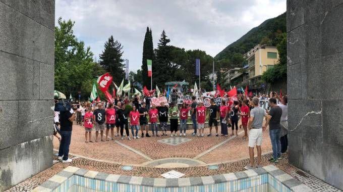 I lavoratori manifestano di fronte all'arco, simbolo del paese