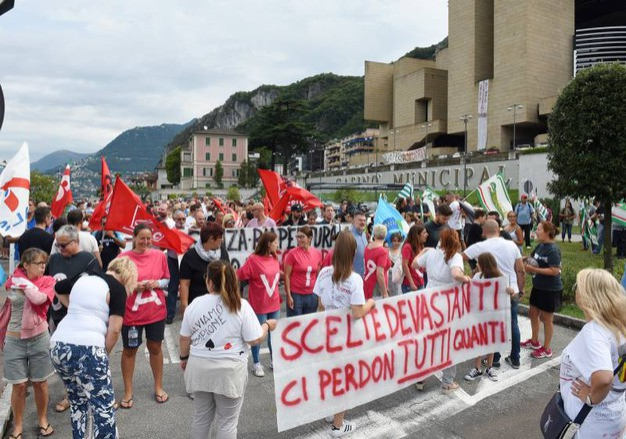 Corteo a Campione d'Italia dei lavoratori del casinò fallito (foto Cusa)