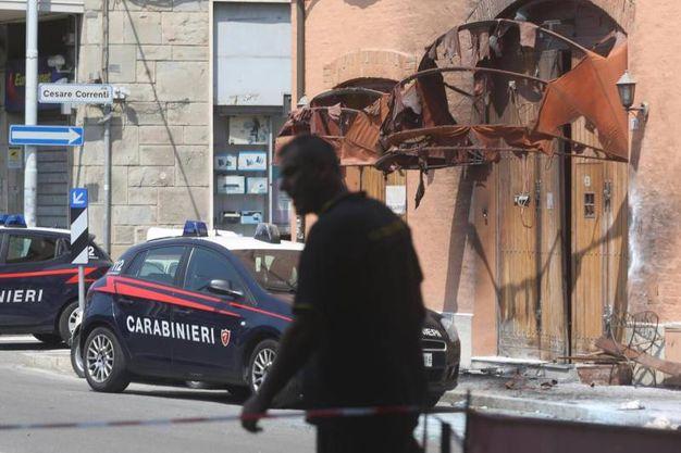 Sono tanti i feriti dalle schegge dei vetri infranti dall'esplosione