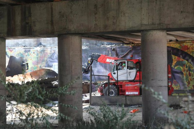 Auto carbonizzate e finestre esplose: la città è profonadamente ferita