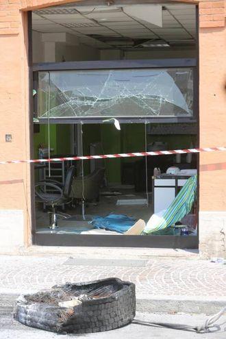 Le finestre sono esplose a causa del violento spostamento d'aria