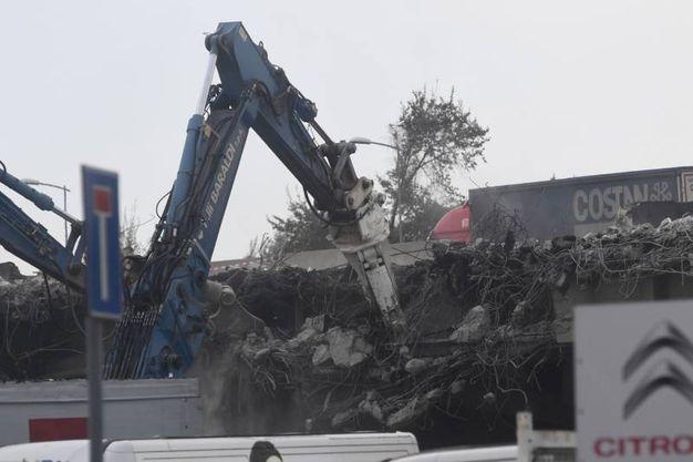 I vigili del fuoco abbattono il ponte crollato (foto Schicchi)