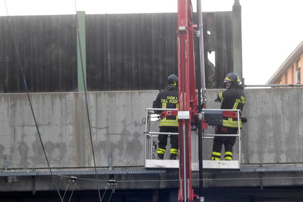 Vigili del fuoco al lavoro a Borgo Panigale (foto Schicchi)