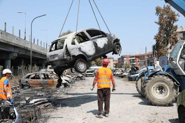 Le auto delle concessionarie distrutte dall'incendio (foto Schichci)