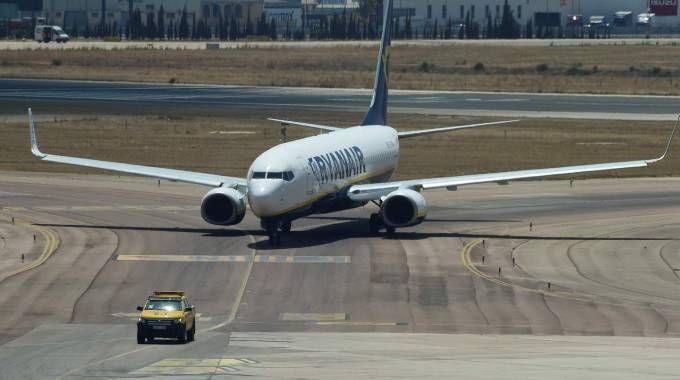 Aereo Ryanair a terra (LaPresse)