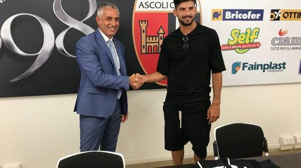 Il difensore bianconero Riccardo Brosco con l'ad Andrea Leo