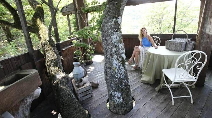 Francesca, in uno dei piani della sua casa costruita da suo padre su una quercia secolare