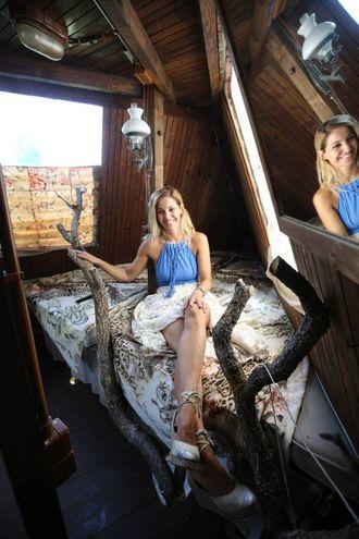 Uno dei tre piani con la camera da letto, piccola e raccolta quanto una cabina di una barca, illuminata dai lucernari della vedetta(foto Solidea Vitali Rosati)