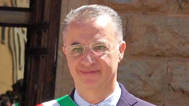 Il sindaco Alberto Ferrini. A fianco una coppia di vigili (foto d'archivio) durante un controllo