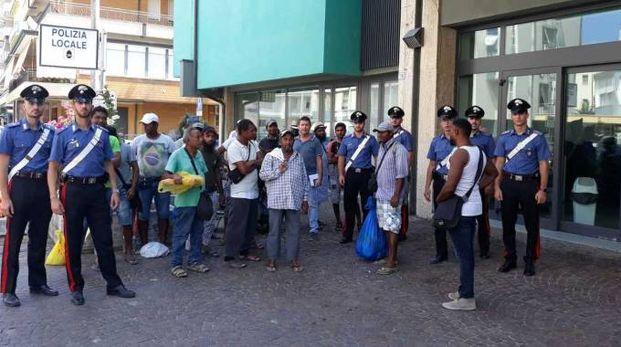 Gli immigrati, in massima parte bengalesi, controllati l'altra mattina dai carabinieri