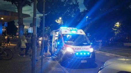 L'ambulanza del 118 accorsa sul luogo dell'aggressione. I sanitari stanno caricando l'aggressore poi arrestato