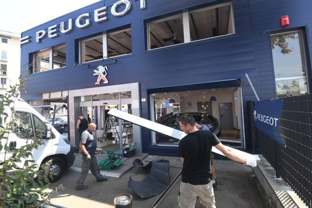 Lavori in corso alla concessionaria Peugeot (FotoSchicchi)
