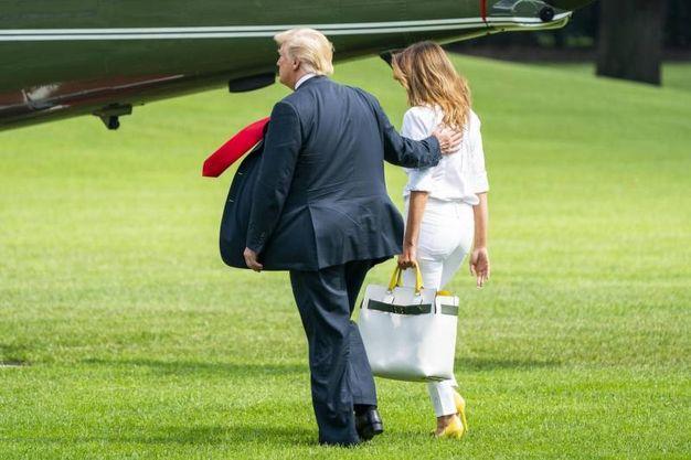 Melania e Donald Trump in una delle ultime partenze dalla Casa Bianca per Bedminster (Ansa)