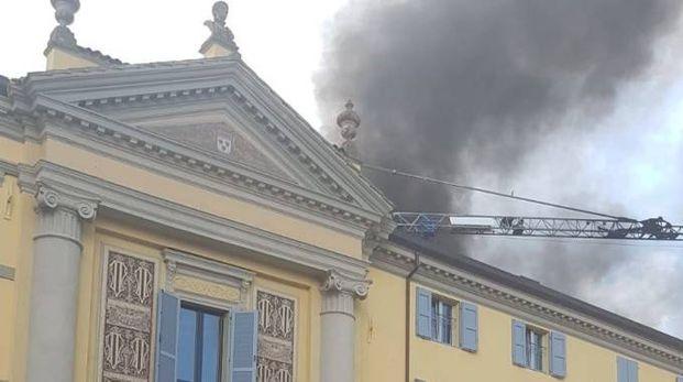 Incendio in via Matteotti, la colonna di fumo