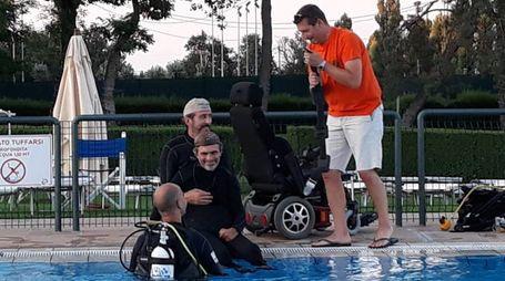 L'ingegner Filippo Preziosi si prepara ad una immersione in piscina