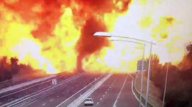 La terribile esplosione di lunedì in autostrada